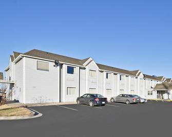 Americas Best Value Inn & Suites Ada - Ada - Building