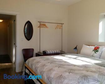 Fish Tales Cottage - Port Renfrew - Bedroom