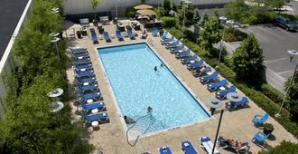 Toronto Don Valley Hotel and Suites - Toronto - Pool