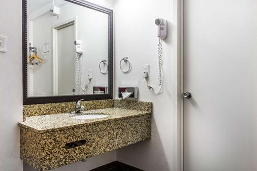 Clarion Hotel Philadelphia International Airport - Essington - Bathroom