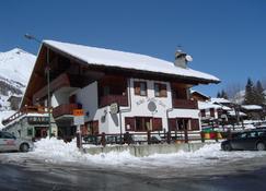 Santa San - Ayas - Building