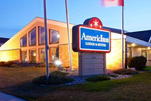 AmericInn by Wyndham Fargo West Acres - Fargo - Building
