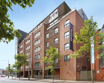 Travelodge Swansea Central - Swansea - Building
