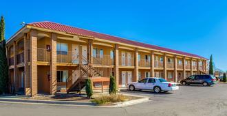 Rodeway Inn & Suites - Las Cruces - Building