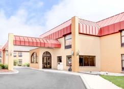 Days Inn & Suites by Wyndham Kalamazoo - Kalamazoo - Building