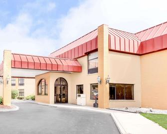 Days Inn & Suites by Wyndham Kalamazoo - Kalamazoo - Gebouw