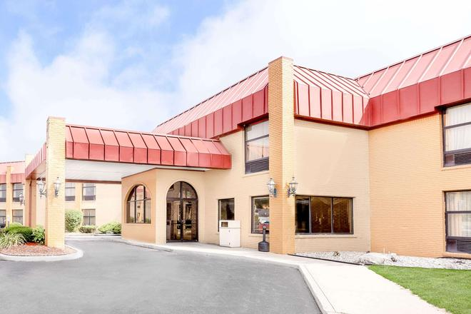 Days Inn & Suites by Wyndham Kalamazoo - Kalamazoo - Κτίριο