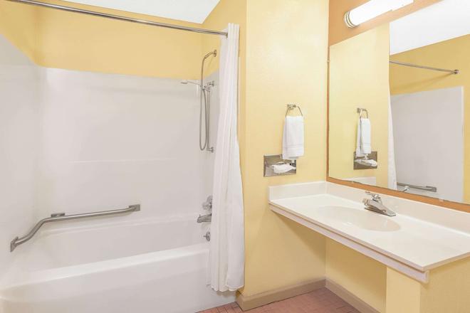 Days Inn & Suites by Wyndham Kalamazoo - Kalamazoo - Μπάνιο