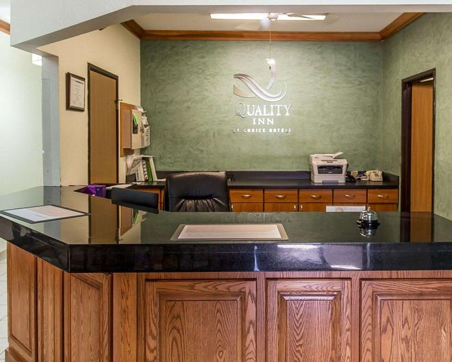 Quality Inn at Collins Road - Cedar Rapids - Front desk