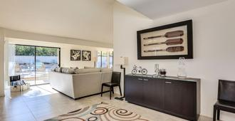 Modern Club Med Oasis, Private Pool & Spa, Incredible Views, 2 King Beds, Too! - Palm Springs - Wohnzimmer