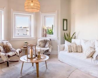 Designer Beachfront Apartment - Bondi Beach - Living room