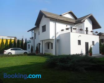 Villa Annalia - Rooms to Rent - Bacău - Building