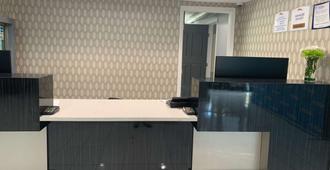 Baymont by Wyndham Charlotte University - Charlotte - Front desk