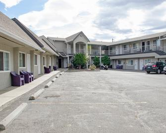Best Budget Inn & Suites Kamloops - Kamloops - Building