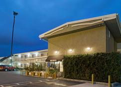 Super 8 by Wyndham Los Angeles-Culver City Area - Los Angeles - Building