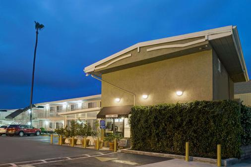 Super 8 by Wyndham Los Angeles-Culver City Area - Los Angeles - Gebäude