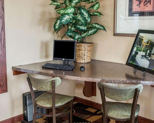 Quality Inn & Suites Greenfield - Greenfield - Business center