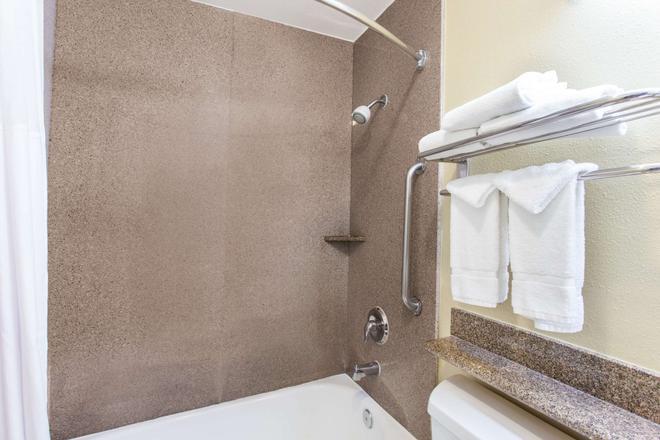 Days Inn Carlsbad - Carlsbad - Bathroom
