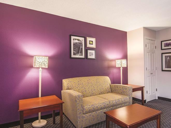 Wingate by Wyndham Brunswick - Brunswick - Living room
