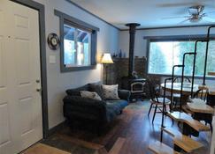 Packwood Ski & Vacation Getaway - Packwood - Living room
