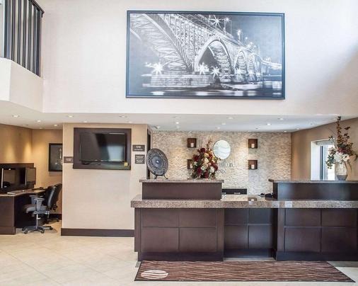 Comfort Inn - Fort Erie - Front desk