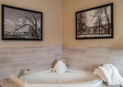 Comfort Inn - Fort Erie - Bedroom