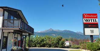 Yellowhead Motel - Valemount - Outdoors view
