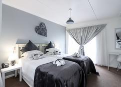 George Lodge International - George - Bedroom