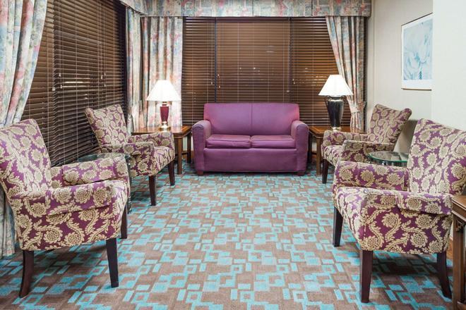 Baymont by Wyndham Clarksville Northeast - Clarksville - Living room