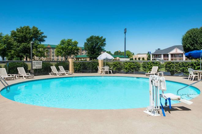 Baymont by Wyndham Clarksville Northeast - Clarksville - Pool