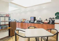 Wingate by Wyndham Green Bay/Airport - Vịnh Xanh (Green Bay) - Buffet