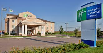 Holiday Inn Express & Suites Wichita Airport - וויצי'טה