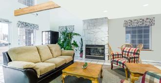 Days Inn by Wyndham Ocean Shores - Ocean Shores - Living room