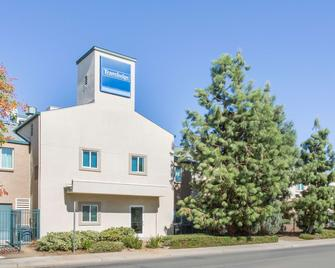 Travelodge by Wyndham Yuba City - Yuba City - Gebäude