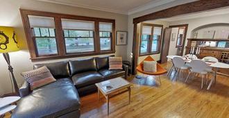 Longfellow Chic - Minneapolis - Living room