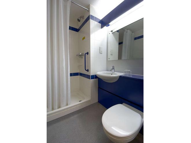 Travelodge Cardiff Central - Cardiff - Bathroom