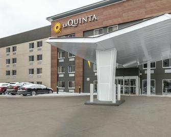 La Quinta Inn & Suites by Wyndham Cleveland - Airport North - Clevelandu - Building