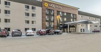 La Quinta Inn & Suites by Wyndham Cleveland - Airport North - Cleveland - Building