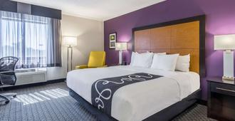 La Quinta Inn & Suites by Wyndham Cleveland - Airport North - Cleveland - Bedroom