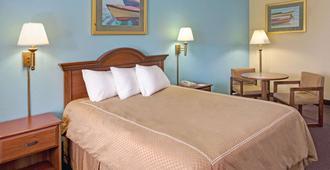 Super 8 by Wyndham Dania/Fort Lauderdale Arpt - Dania - Bedroom