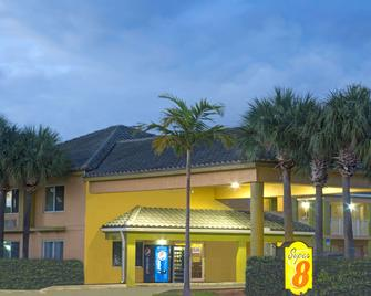 Super 8 by Wyndham Dania/Fort Lauderdale Arpt - Dania - Edificio