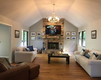 Perfect Hamptons Getaway In Private Area Close To Beaches And Surrounding Towns - Hampton Bays