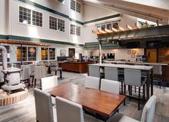 Best Western Plus Longbranch Hotel & Convention Center - Cedar Rapids - Bar