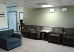 Days Inn by Wyndham Alexandria South - Alexandria - Lounge