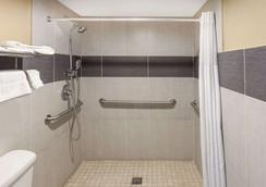 Super 8 by Wyndham Kingsville - Kingsville - Baño