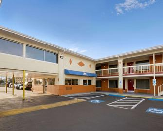 Days Inn by Wyndham Jacksonville NC - Jacksonville - Building