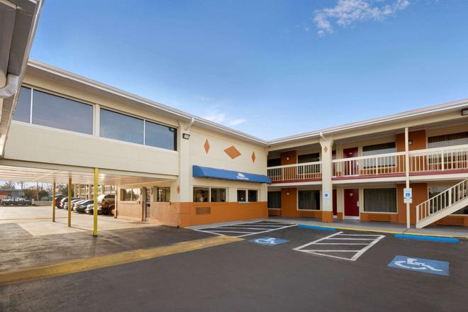 Days Inn by Wyndham Jacksonville NC - Jacksonville - Building