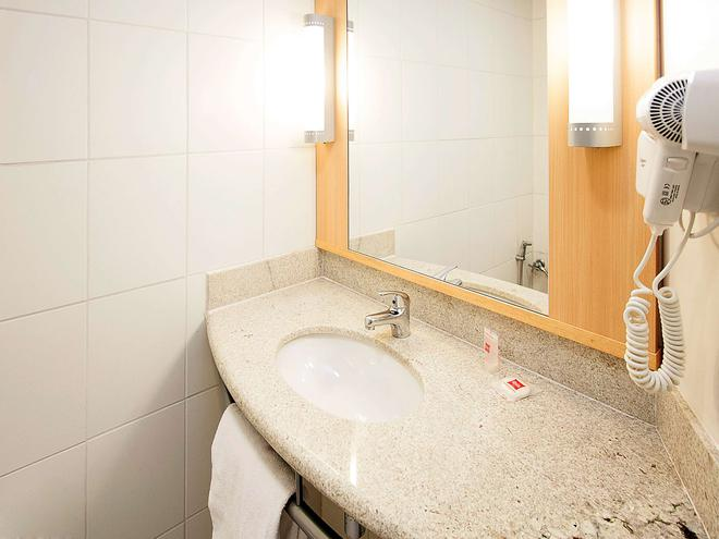 Ibis BH Savassi - Belo Horizonte - Bathroom