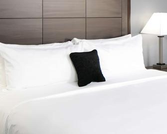 Red Lion Inn & Suites Everett - Everett - Bedroom