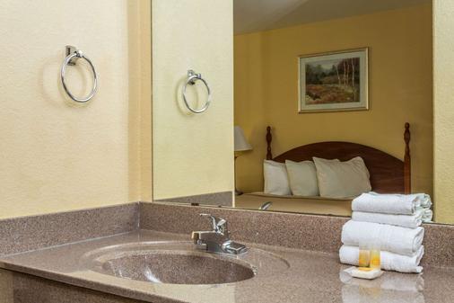 Days Inn by Wyndham Houma LA - Houma - Bathroom